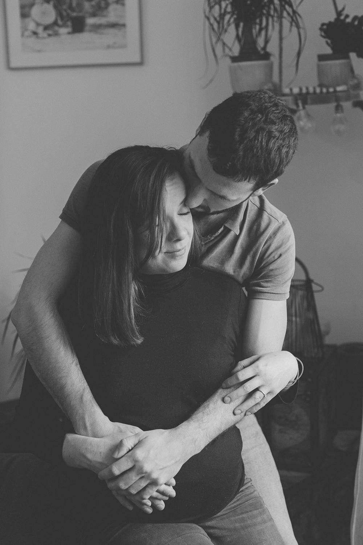 Séance photo lifestyle grossesse à la maison avec Mathilde Bruand, photographe à Vitré